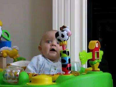 Bebé se asusta y se ríe al mismo tiempo
