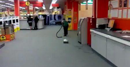 Se desconecta la aspiradora y no se da cuenta y sigue limpiando